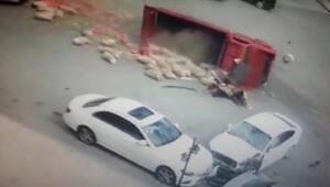 Freni boşalan kamyonetin otomobile çarptığı kaza kamerada