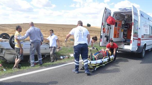 Kamyonun sıkıştırdığı otomobil takla attı: 3 yaralı