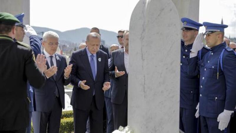 Cumhurbaşkanı Erdoğan, İzzetbegoviç'in kabrini ziyaret etti