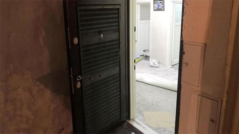 Kapısını çaldığı evin dürbününden bakan kadına pompalı tüfek ile ateş etti